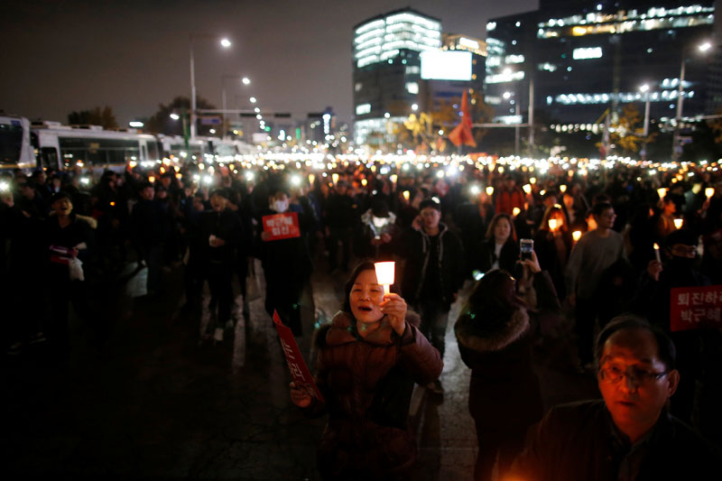 People march toward the Presidential Blue House during a rally demanding President Park Geun-hye to step down in central Seoul, South Korea, on  November 12, 2016. Photo: Reuters