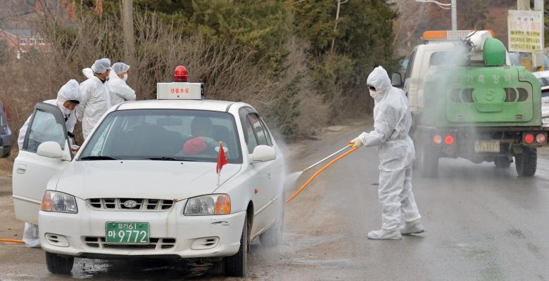 South Korean health officials disinfect a vehicle to prevent spread of bird flu in Pocheon, South Korea, November 23, 2016. Kim Myeong-jin/News1 via REUTERS
