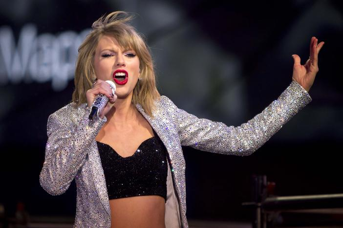 Taylor Swift performs in Times Square on New Year's Eve in New York, New York, U.S. December 31, 2014.   REUTERS/Carlo Allegri/File Photo