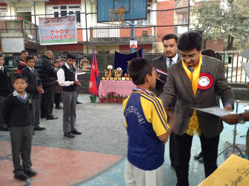Member of Parliament Uday Shumsher Rana handing over certificate to a player from Mahamanjushree after the Wilson Hoops in Kathmandu on Sunday, November 27, 2016. Photo: THT