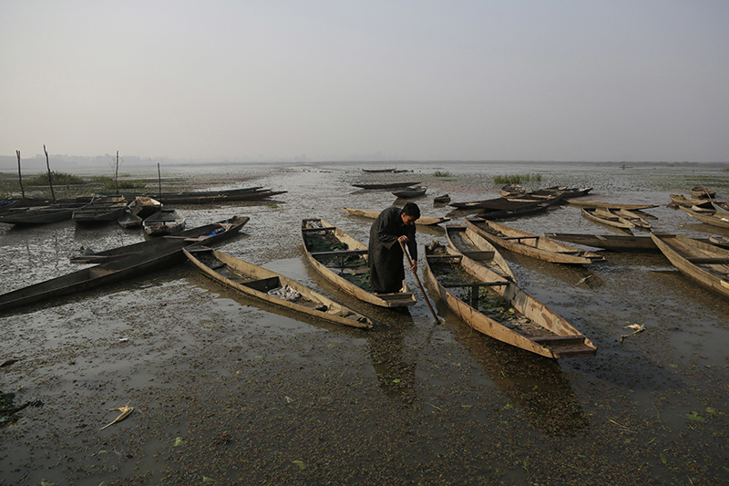A Kashmiri boatman rows his boat on the waters of Wular Lake, northeast of Srinagar, Indian controlled Kashmir, on October 29, 2016. Photo: AP