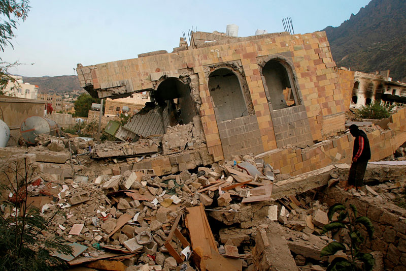 A man stands on the rubble of a house destroyed during recent battles between Houthi fighters and pro-government fighters, on the first day of a 48-hour ceasefire in the southwestern city of Taiz, Yemen on November 19, 2016. Photo: Reuters