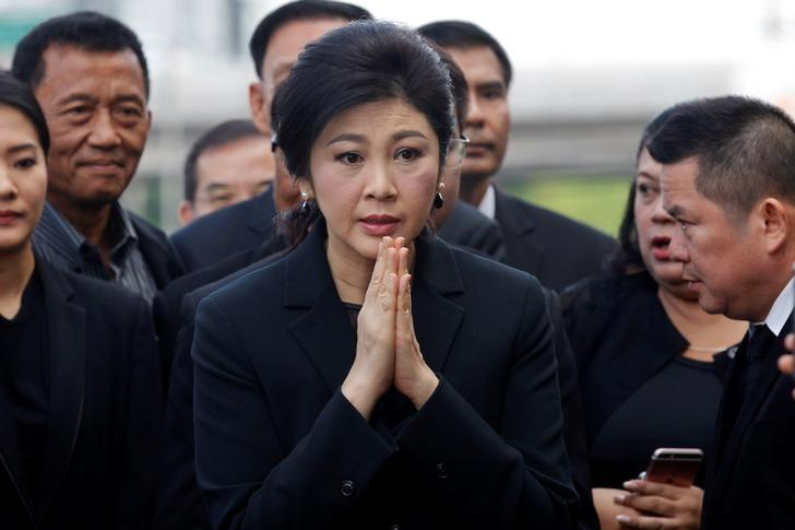 Ousted former Thai Prime Minister Yingluck Shinawatra gestures as she arrives at the Supreme Court for a trial on criminal negligence looking into her role in a debt-ridden rice subsidy scheme during her administration, in Bangkok, Thailand November 4, 2016. REUTERS/Chaiwat Subprasom