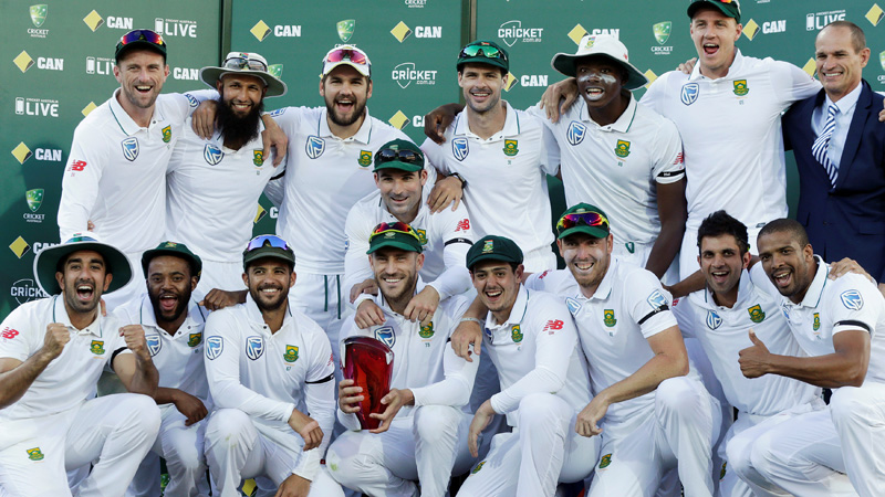 South Africa's captain Faf du Plessis (C) holds the Test series trophy against Australia with team mates at the end of the Third Test cricket match. At right is former South African cricketer Kepler Wessels who presented du Plessis with the trophy. Photo: Reuters