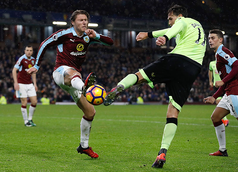 Burnley's Jeff Hendrick (left) and AFC Bournemouth's Charlie Daniels battle for the ball during the English Premier League soccer match at Turf Moor, Burnley, England, Saturday Dec. 10, 2016. Photo: Martin Rickett/PA via AP
