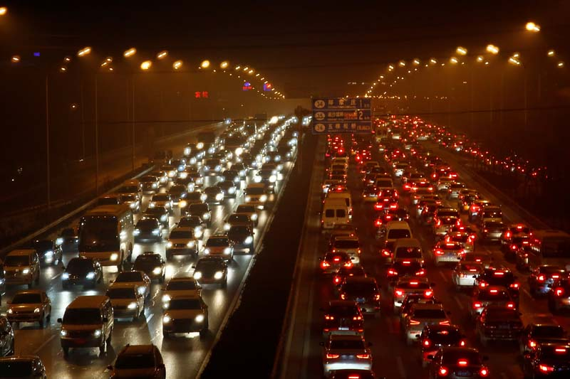 Vehicles drive along the 4th ring road among heavy smog in Beijing, China, on December 16, 2016. Photo: Reuters