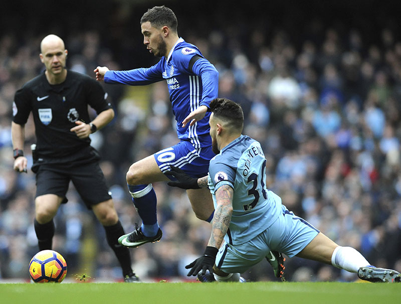 Manchester City's Nicolas Otamendi (right) and Chelsea's Eden Hazard battle for the ball during the the English Premier League football match between Manchester City and Chelsea at the Etihad Stadium in Manchester, England, on Saturday, December 3, 2016. Photo: AP