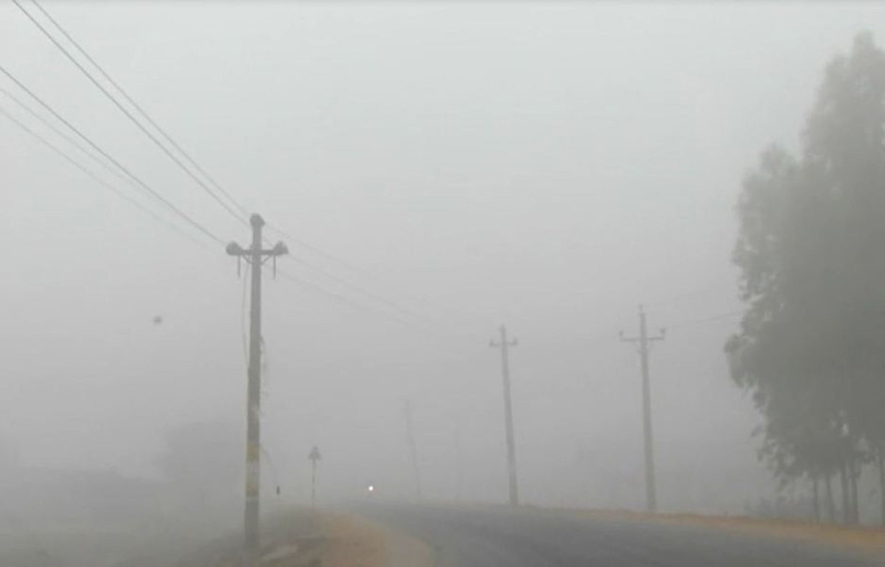 BP Chowk engulfed in thick fog, in Gaur, Rautahat, on Thursday, December 8, 2016. Cold wave has badly hit life in Tarai for the last few days. Photo: THT