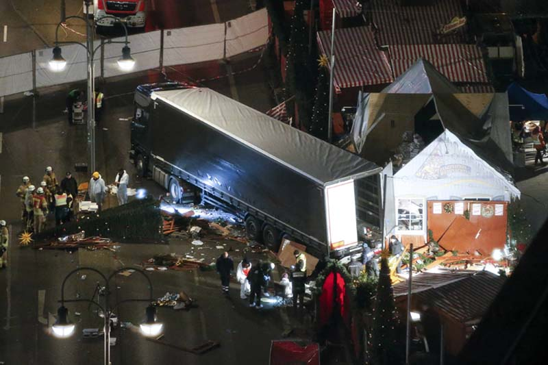Rescuers and police investigators inspect a truck that ploughed through a crowd of a Christmas market on Breitscheidplatz square near the fashionable Kurfuerstendamm avenue in the west of Berlin, Germany, on Tuesday, December 20, 2016. Photo: Reuters