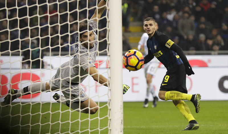 Inter Milan's Mauro Icardi scores past Lazio goalkeeper Federico Marchetti during a Serie A soccer match between Inter Milan and Lazio, at the San Siro stadium in Milan, Italy, Wednesday, Dec. 21, 2016. (AP Photo/Luca Bruno)