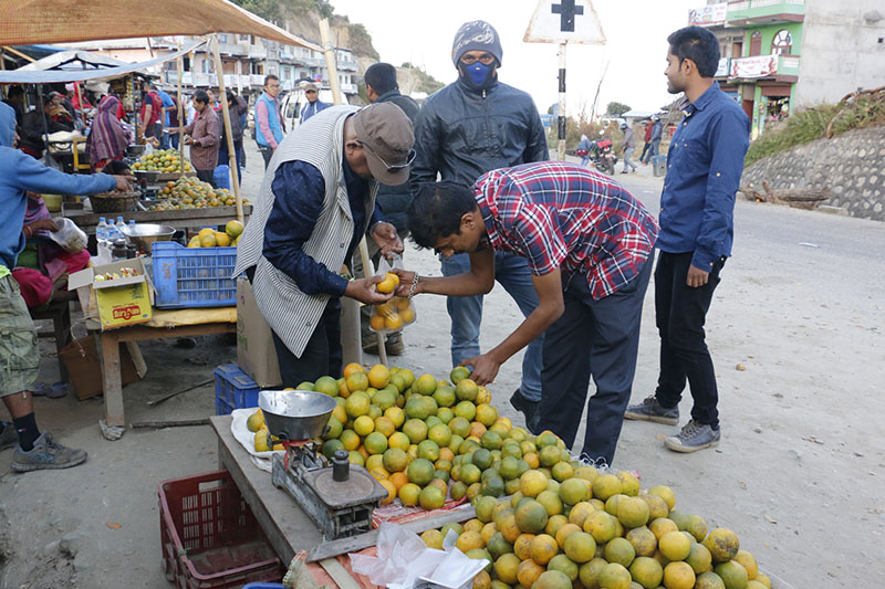 Street vendors sell Junar oranges in Sindhuli, the district renowned for Junar produce, on December 9, 2016. Photo: RSS
