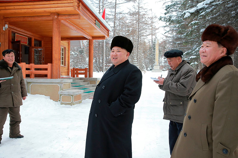 North Korean leader Kim Jong Un gives guidance during his visit to various fields of Samjiyon County in this undated photo released by North Korea's Korean Central News Agency (KCNA) in Pyongyang, on November 28, 2016. Photo: Reuters