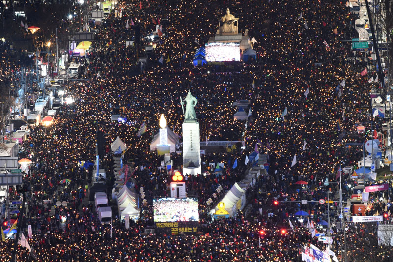 Protesters hold candles during a rally against South Korean President Park Geun-Hye in central Seoul, South Korea on December 10, 2016. Photo: Reuters