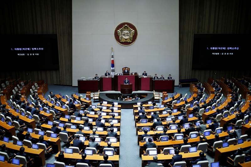 Lawmakers attend a plenary session to vote on the impeachment bill of President Park Geun-hye at the National Assembly in Seoul, South Korea, on Friday, December 9, 2016. Photo: Reuters