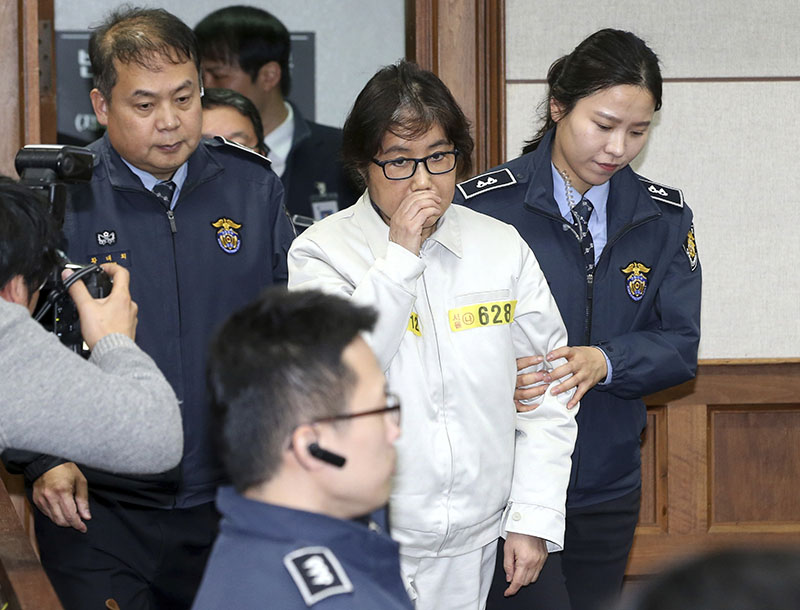 Choi Soon-sil, the jailed confidante of disgraced South Korean President Park Geun-hye, center, appears for the first day of her trial at the Seoul Central District Court in Seoul, South Korea, on Monday, December 19, 2016. Photo: AP