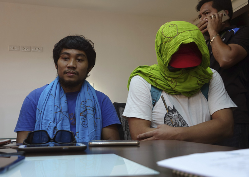 South Korean hostage Park Chul-hong, seated right, and Filipino hostage Glen Alindajao, left, prepare to answer questions after being flown in Davao from Jolo following their release Saturday, Jan. 14, 2017 from their kidnappers in the volatile island of Jolo in southern Philippines. Photo: AP