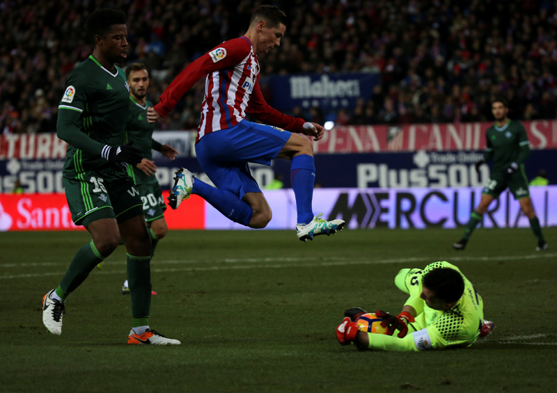 Atletico Madrid's Fernando Torres in action with Real Betis' goalkeeper Antonio Adan and Ryan Donk. Photo: Reuters
