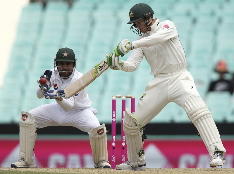 Australia's Peter Handscomb, right, cuts the ball in front of Pakistan's Sarfraz Ahmed during their cricket test match in Sydney Wednesday, Jan. 4, 2017. Photo: AP
