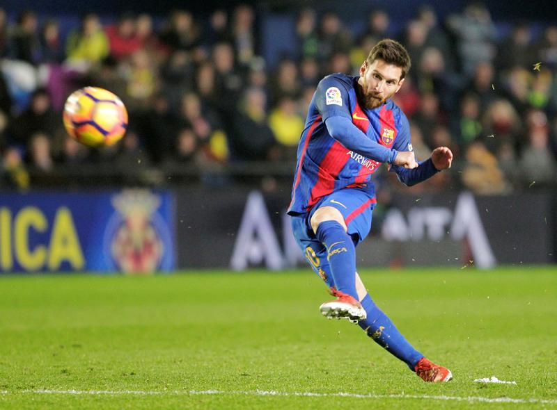 Barcelona's Lionel Messi shoots to score. Photo: Reuters