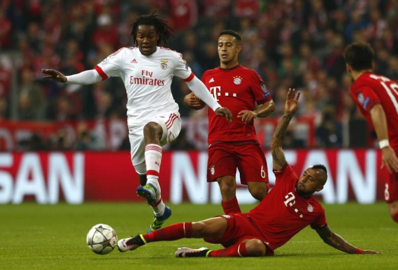 Bayern Munich's Arturo Vidal (3rd L) and Thiago Alcantara (2nd L) in action with Benfica's Renato Sanches (L). Photo: Reuters