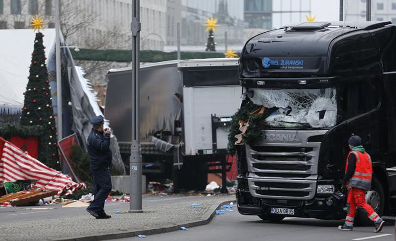 Police stand in front of the truck which ploughed last night into a crowded Christmas market in the German capital Berlin, Germany, on December 20, 2016. Photo: Reuters