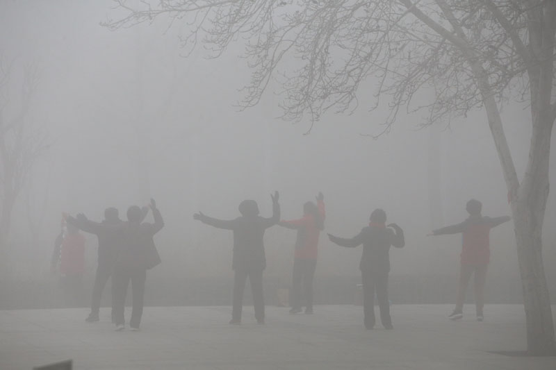 People exercise in the smog on a polluted day in Zhengzhou, Henan province, China, on January 9, 2017. Photo: Reuters