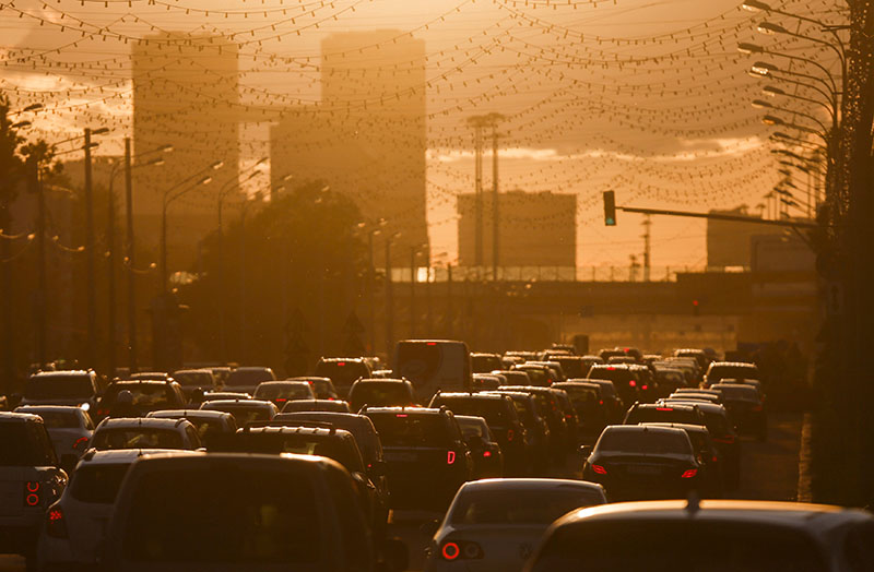 Cars are stuck in a traffic jam during sunset in Moscow, Russia, on June 4, 2015. Photo: Reuters