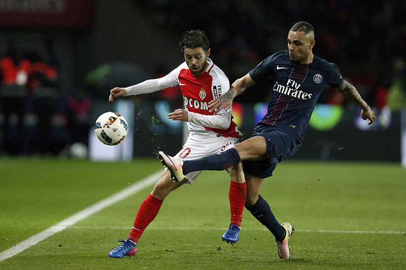 Monaco's Bernardo Silva (left) and PSG's Layvin Kurzawa challenge for the ball during their League One soccer match, at the Parc des Princes stadium, in Paris, France, on Sunday, January 29, 2017. Photo: AP