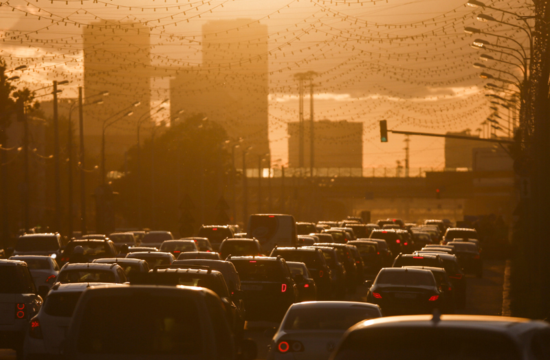 FILE PHOTO: Cars are stuck in a traffic jam during sunset in Moscow, Russia, June 4, 2015. Photo: Reuters