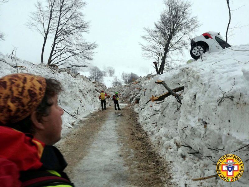 Rescue workers inspect a cleared road by the site of the avalanche-buried Hotel Rigopiano in Farindola, central Italy, hit by an avalanche, in this undated picture released on January 24, 2017 provided by Alpine and Speleological Rescue Team. Photo: Soccorso Alpino Speleologico Lazio via Reuters