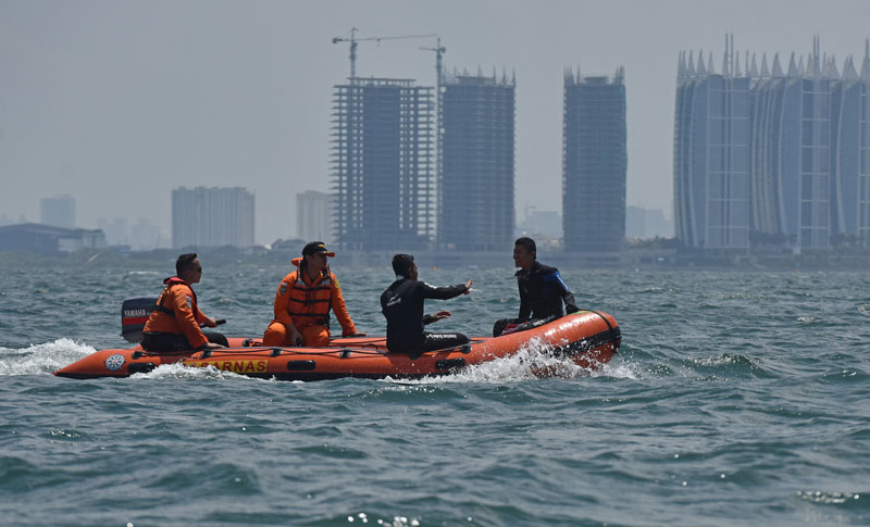 Rescue team use inflatable raft as they search for victims after a fire ripped through a boat carrying tourists in the waters of Jakarta Bay, Indonesia, on January 2, 2017. Photo: Antara Foto via Reuters