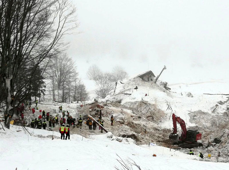 Rescue workers work with excavator at the site of the avalanche-buried Hotel Rigopiano in Farindola, central Italy, hit by an avalanche, in this undated picture released on January 24, 2017 provided by Alpine and Speleological Rescue Team. Photo: Soccorso Alpino Speleologico Lazio via Reuters