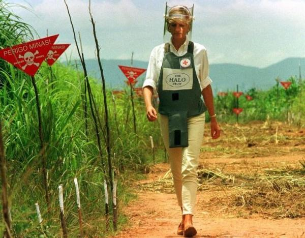 FILE PHOTO: Diana, Princess of Wales is seen in this January 15 1997 file picture walking in one of the safety corridors of the land mine fields of Huambo, Angola during her visit to help a Red Cross campaign to outlaw landmines worldwide. January 15, 1997. REUTERS/Files