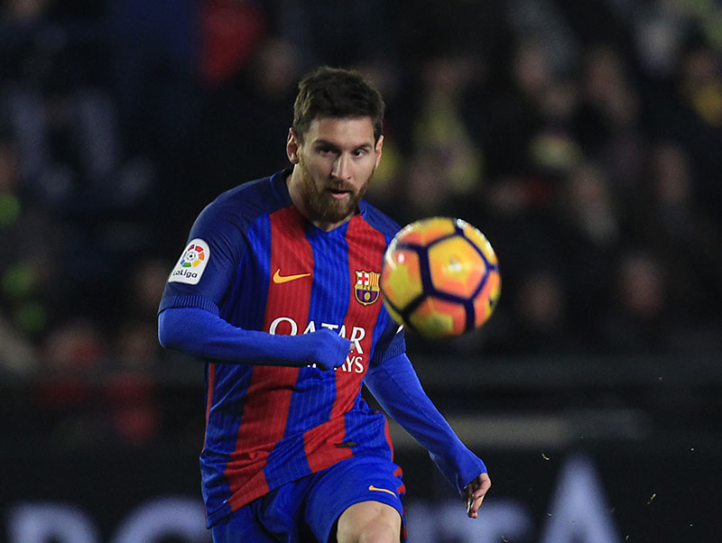 FC Barcelona's Lionel Messi shots the ball during the Spanish La Liga soccer match between Villarreal and Barcelona at the Ceramica stadium in Villarreal, Spain, on Sunday, January 8, 2017. Photo: AP