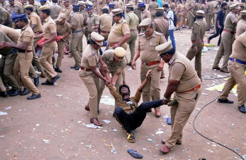 Police remove a demonstrator from Marina beach during a protest demanding a permanent solution to ensure the unhindered conduct of Jallikattu, a traditional bull-taming contest, in Chennai, India, on January 23, 2017. Photo: Reuters