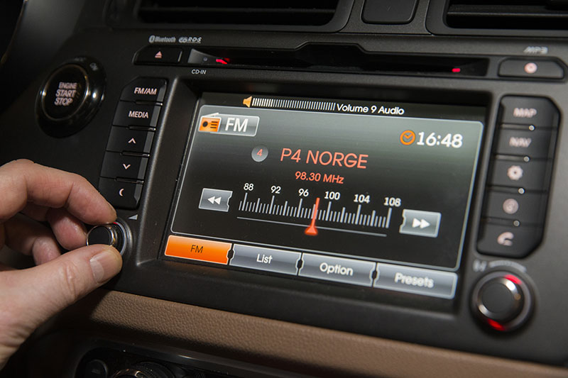 A driver adjusts an FM radio inside a car in Oslo, on Tuesday, January 10, 2017. From Wednesday, Norway will become the first in the world to phase out analogue signals in favour of Digital Audio Broadcasting, or DAB. Photo: (Berit Roald/NTB Scanpix via AP)