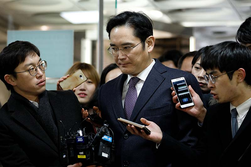 Samsung Group chief, Lee Jae-yong, is surrounded by media as he arrives at the Seoul Central District Court in Seoul, South Korea, on January 18, 2017. Photo: Reuters