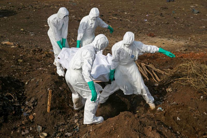 File - Health workers carry the body of a suspected Ebola victim for burial at a cemetery in Freetown, Sierra Leone, on December 21, 2014. Photo: Reuters