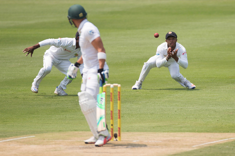 Sri Lankau2019s Kusal Mendis drops a catch letting South Africa's Faf Du Plessis off the hook. Photo: Reuters