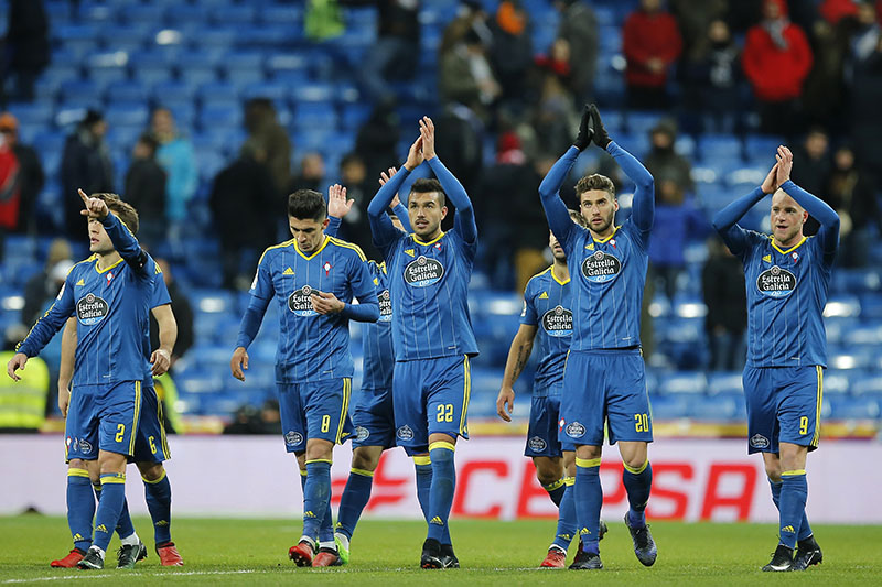 Celta players applaud their fans at the end of a Copa del Rey, quarter-final, 1st leg soccer match between Real Madrid and Celta at the Santiago Bernabeu stadium in Madrid, Spain, on Wednesday, January 18, 2017. Celta won the match 2-1. Photo: AP