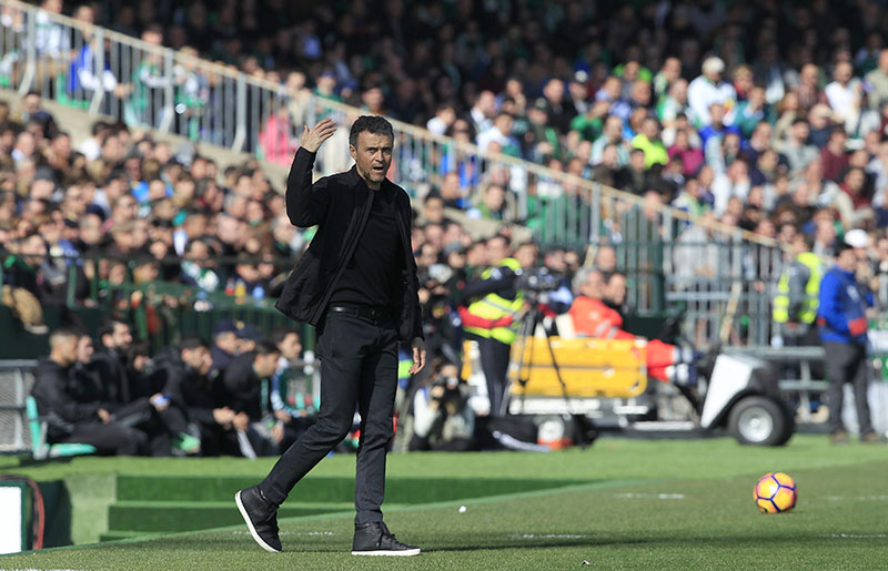 Barcelona's coach Luis Enrique gestures during La Liga soccer match between Barcelona and Betis at the Benito Villamarin stadium, in Seville, Spain, on Sunday, January 29, 2017. Photo: AP