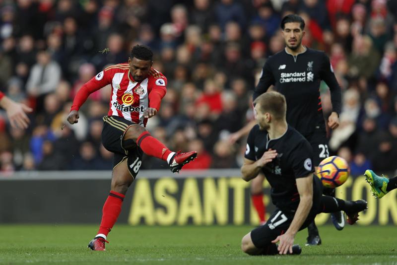 Sunderland's Jermain Defoe shoots at goal. Photo: Reuters