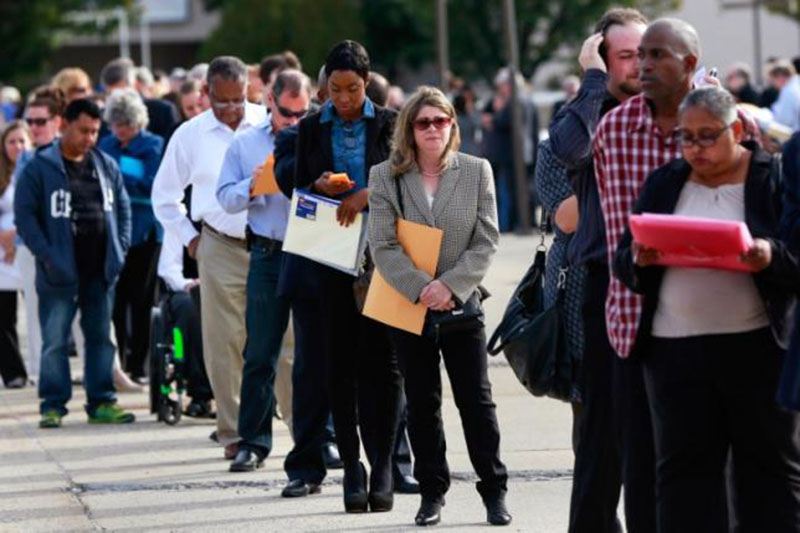 People wait in line to enter the Nassau County Mega Job Fair at Nassau Veterans Memorial Coliseum in Uniondale, New York, on October 7, 2014. Photo: Reuters