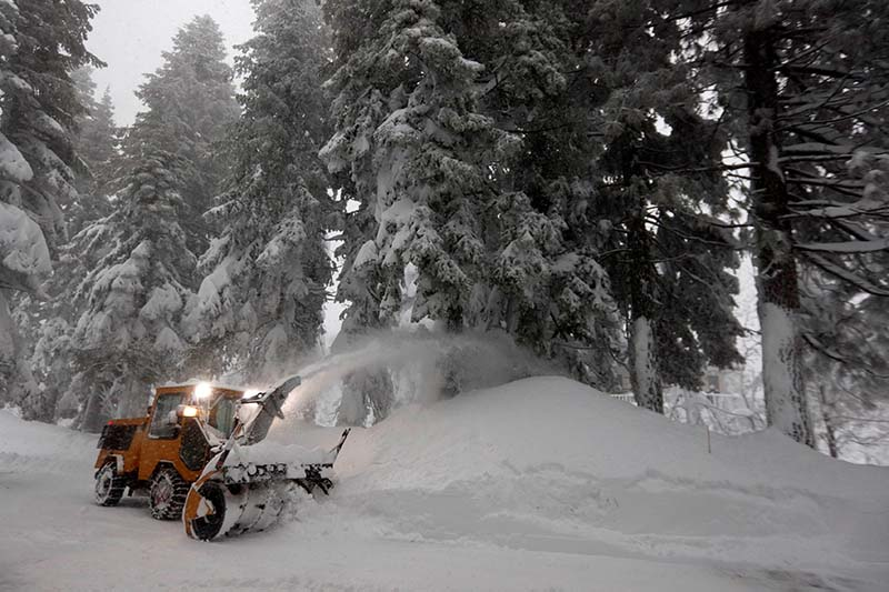 A private contractor clears deep snow from a driveway during a heavy winter storm in Incline Village, Nevada, US on January 10, 2017. Photo: Reuters