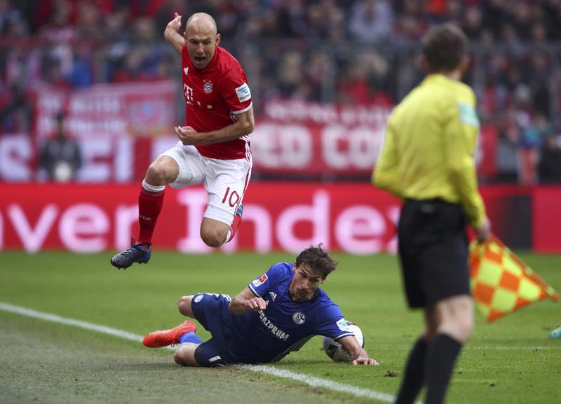 Arjen Robben of Bayern Munich in action with Benjamin Stambouli of Schalke. Photo: Reuters