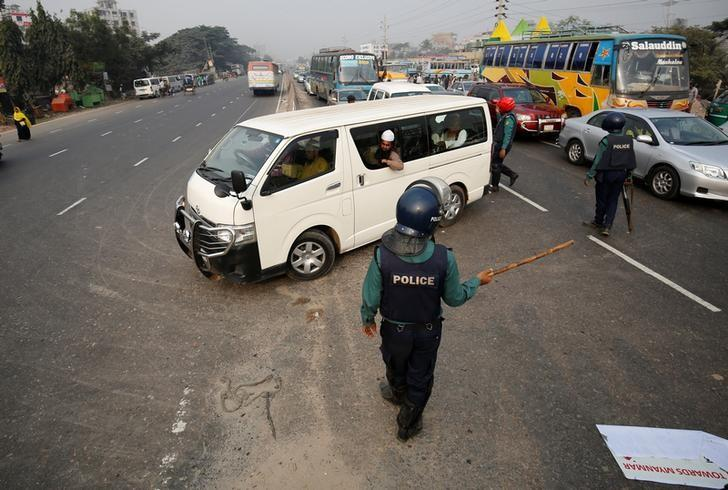 Bangladeshi police officers stop a vehicle carrying Muslim activists who were trying to join a long march towards Myanmar to protest against the deaths of Rohingya Muslims in the Rakhine state of Myanmar, in Dhaka, Bangladesh, December 18, 2016. REUTERS/Mohammad Ponir Hossain