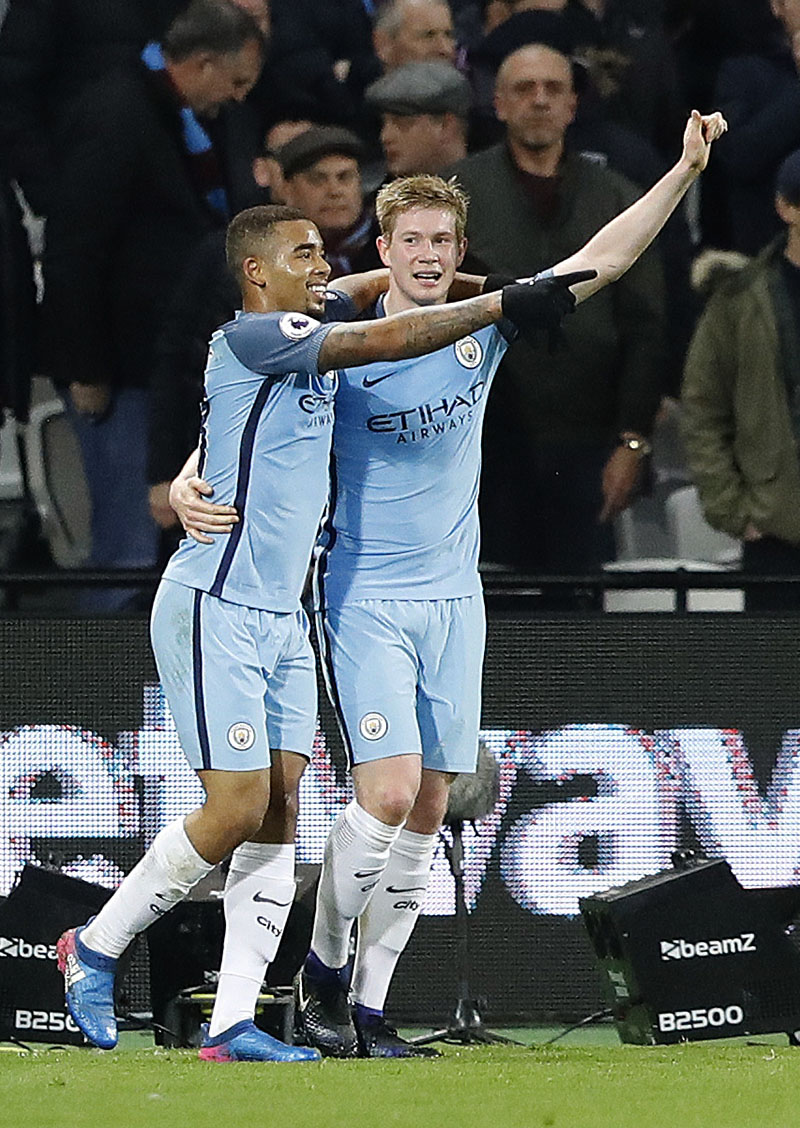 Manchester City's Gabriel Jesus (left) celebrates with Manchester City's Kevin De Bruyne after he scores a goal during the English Premier League soccer match between West Ham and Manchester City at the London stadium, on Wednesday, February 1, 2017. Photo: AP