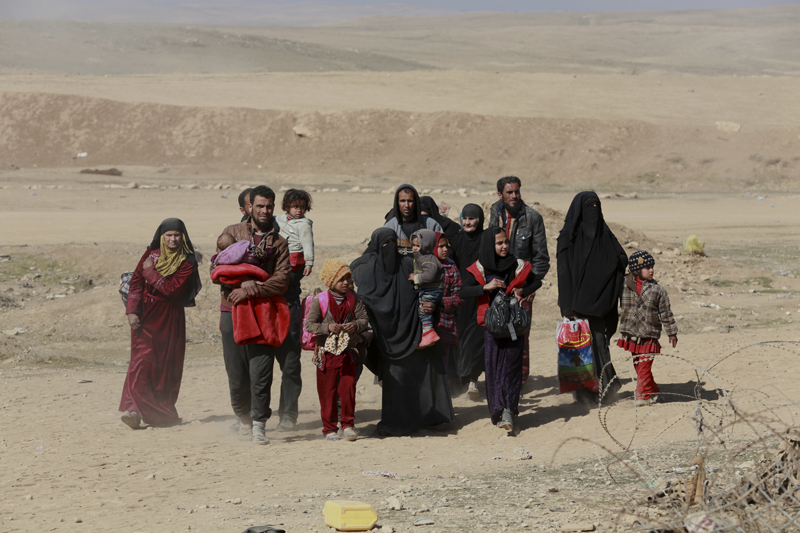 Iraqis flee their homes due to fighting between Iraqi security forces and Islamic State militants, on the western side of Mosul, Iraq, Sunday, Feb. 26. 2017. Photo: AP