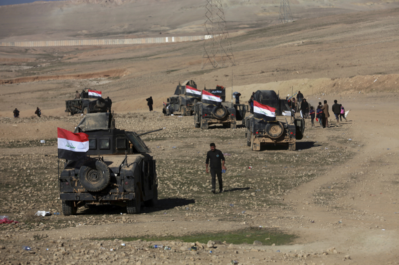 Iraqi security forces advance during fighting against Islamic State militants in the western side of Mosul, Iraq, Saturday, Feb. 25. 2017. Photo: AP