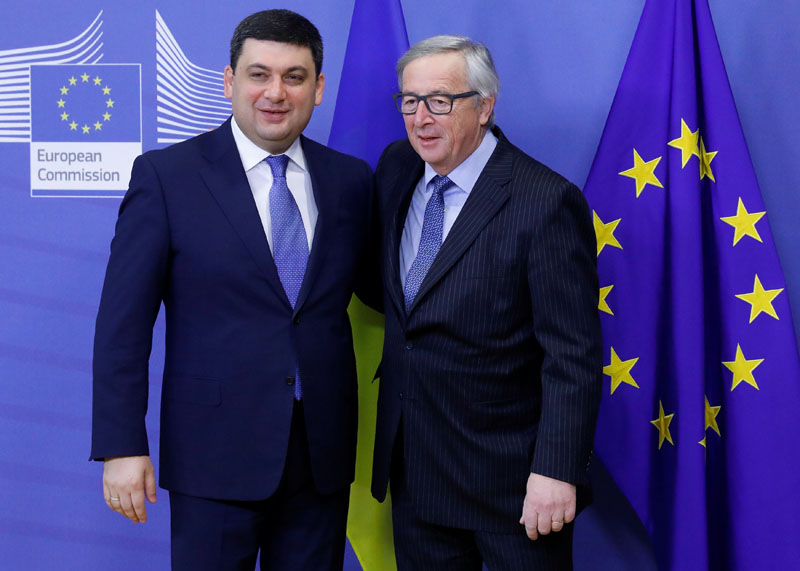 European Commission President Jean-Claude Juncker (right) welcomes Ukrainian Prime Minister Volodymyr Groysman ahead of a meeting in Brussels, Belgium, on February 10, 2017. Photo: Reuters